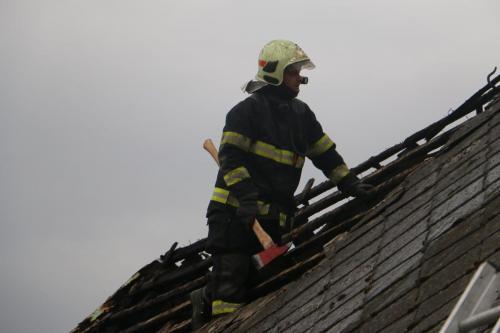 5-pozar-strechy-RD-Sternberk